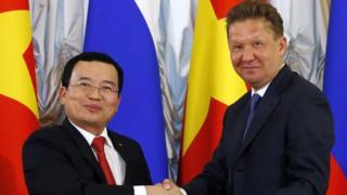 Ông Nguyễn Quốc Khánh và Chủ tịch Gazprom của Nga Alexei Miller tại Moscow tháng Năm năm 2016