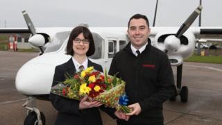 El piloto Alex Rendall le dio las flores a una pasajera frecuenta para que la ocasión no pasara desapercibida
