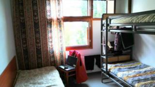 Комната в центре для беженцев в Финляндии, где живет Роман и его семья