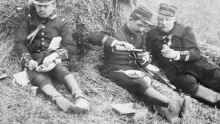 جنود في الميدان يتناولون بعد الأطعمة