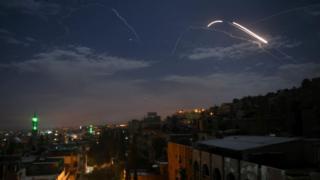Suriye hava savunma sistemi, İsrail'e ait olduğu belirtilen roketlere karşılık veriyor (Arşiv fotoğraf)