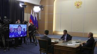 ولادیمیر پوتین به همراه معاونش و وزیر انرژی روسیه در مراسم افتتاح خط لوله قدرت سیبری