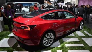 Електромобіль Tesla Model 3 на автошоу в Лос-Анджелесі