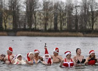 Члены берлинского клуба пловцов приняли свою традиционную рождественскую ванну в городском озере Оранкезее