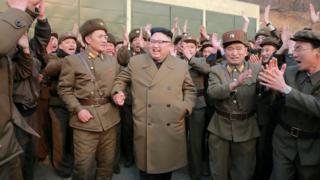 Kim Jong-un ve askeri yekililer