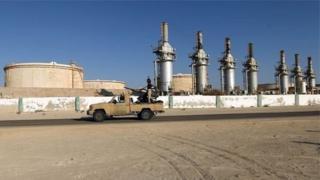 La compagnie pétrolière libyenne Waha Oil accuse des hommes armés d'être à l'origine de l'explosion.