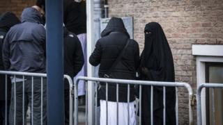 Hollanda'da 2015 yılında IŞİD üyesi olduğu iddia edilen dokuz kişinin yargılandığı bir duruşmaya gelenler