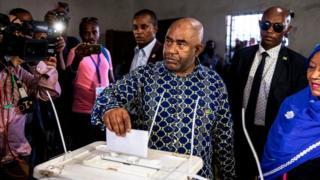 Le président sortant Azali Assoumani en train de voter