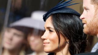 Le prince Harry, duc de Sussex et son épouse Meghan, la duchesse de Sussex, attendent le cortège nuptial après le mariage de la princesse Eugénie de York et de M. Jack Brooksbank à la chapelle Saint-George le 12 octobre 2018 à Windsor, Angleterre