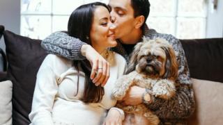 زج يقبل زوجته