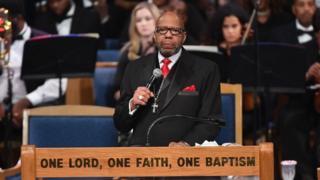 Pastor Jasper Williams Jr. em discurso durante o funeral da cantora Aretha Franklin