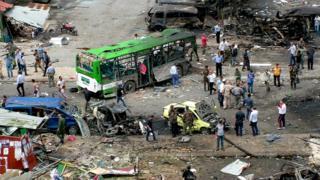 自動車爆弾による攻撃があったシリア・ジャブラのバス停(23日)