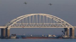 Rusiya Ukrayna gəmilərini sulara qeyri-qanuni yollarla girməkdə günahlandırır və hərəkətin təhlükəsizlik səbəbindən dayandırıldığını söyləyir.