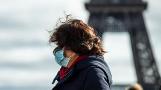 นักท่องเที่ยวใส่หน้ากาก หน้าหอไอเฟล