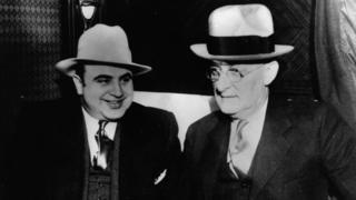 Al Capone con una autoridad estadounidense