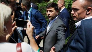 Володимир Зеленськи в оточенні охоронців