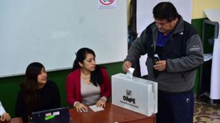 Peruano depositando su voto