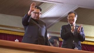 گروهی از خوانندگان پاپ کره جنوبی در اتفاقی کم سابقه کنسرتی را در پیونگ یانگ، پایتخت کره شمالی برگزار کردهاند که رهبر کره شمالی هم به تماشای آن رفته است