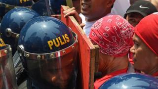 Filipinler'in başkenti Manila'da polis ile işçiler 1 Mayıs kutlamalarında karşı karşıya