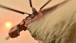 आग बुझाने के काम में लगा एक हेलीकॉप्टर