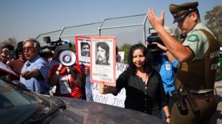 Decenas de familiares de las víctimas protestaron en la entrada del penal Punta Peuco mientras se celebraba la misa.