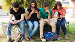 Adolescentes com smartphones