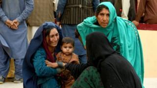 Familiares esperan frente a un hospital donde tratan a las víctimas de una explosión en la privincia de Balkh, agosto 25, 2020