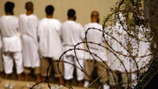 prisioneiros de Guantanamo rezando