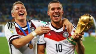 Bastian Schweinsteiger y Lukas Podolski sostienen la Copa del Mundo de 2014