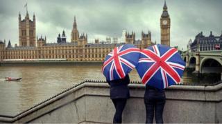 Duas mulheres usando guarda-chuva em Londres