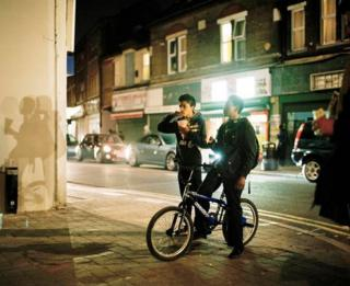 """Филипп Эбеллинг """"Уличная кинопроекция на Вуд-стрит в районе Уолтхэмстоу"""" (2016)"""