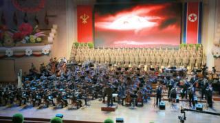 朝鮮人民軍樂團與合唱團在平壤人民劇院演出(朝中社2017年9月10日發放圖片)
