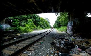 """El tren se aproxima y a los costados se ve """"El Campamento""""."""