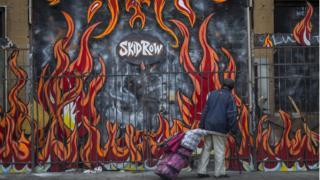 El impacto que me causó ver tantas personas sin techo en Los Ángeles y su contraste con Hollywood - BBC News Mundo