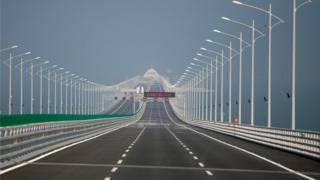 Гонконг-Чжухай-Макао багыты боюнча курулган көпүрөнүн узундугу 55 километр. Инженердик чеберчилик боюнча бул чоң жетишкендик катары бааланды.