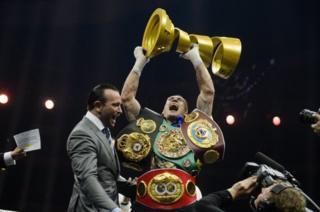 Украинский боксер Александр Усик с наградой