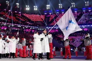 """Chung Guam Hwang y Yunjong Won, de delegación de las dos Coreas con la """"bandera unificada"""" en la ceremonia de inauguración de PyeongChang 2018 en la ciudad surcoreana del mismo nombre el 9 de febrero. (Foto: Ryan Pierse/Getty Images)"""