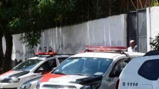 Porta da escola em Suzano (SP) com viaturas policiais