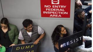 протестующие в аэропорте Сан-Франциско