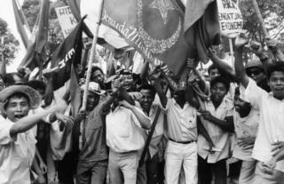 Oktober 1965: Sejumlah mahasiswa dari beberapa kelompok Islam dalam demonstrasi di jakarta menuntut pembubaran PKI.