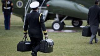 """กระเป๋าใบขวามือมี """"ลูกฟุตบอลนิวเคลียร์"""" อยู่ด้านใน ผู้นำสหรัฐฯต้องติดต่อกระทรวงกลาโหมเมื่อต้องการเปิดใช้งาน"""