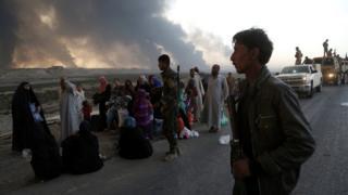 イラク軍とISとの戦闘激化に伴い避難するモスル近郊の住民(18日)