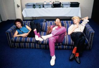 (l-r) Earl Slick, Carlos Alomar and David Bowie relax backstage