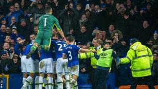 Des joueurs jubilant après un but marqué contre Manchester City battu 4 à 0
