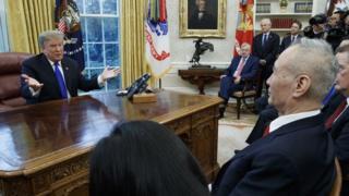 الرئيس ترامب مع وفد المسؤولين الصينيين وعلى رأسه نائب رئيس الوزراء ليو هي