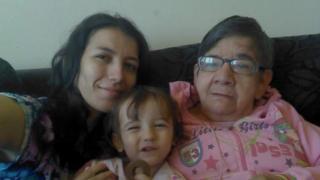 Gláucia Andressa dos Santos Gomes posa para foto com a filha Emily e Cotinha, idosa que ela tenta adotar no Brasil
