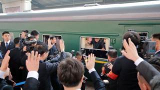 El tren norcoreano con el líder Kim Jong-un saludando desde la ventana.