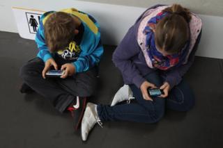 Telefonlarıyla oynayan çocuklar