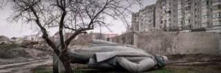 Una estatua de Lenin tirada en la calle