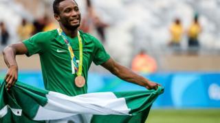 Balogun ikọ Super Eagles, Mikel Obi pẹlu asia orilẹede Naijiria